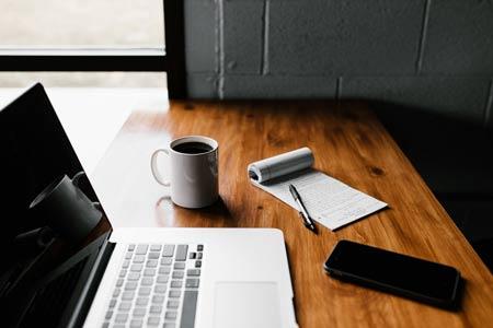 outils travail ordinateur cafe