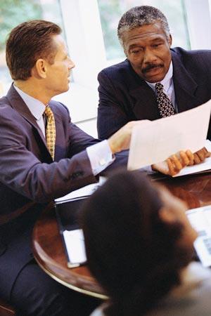 hommes travaillent en costume reunion